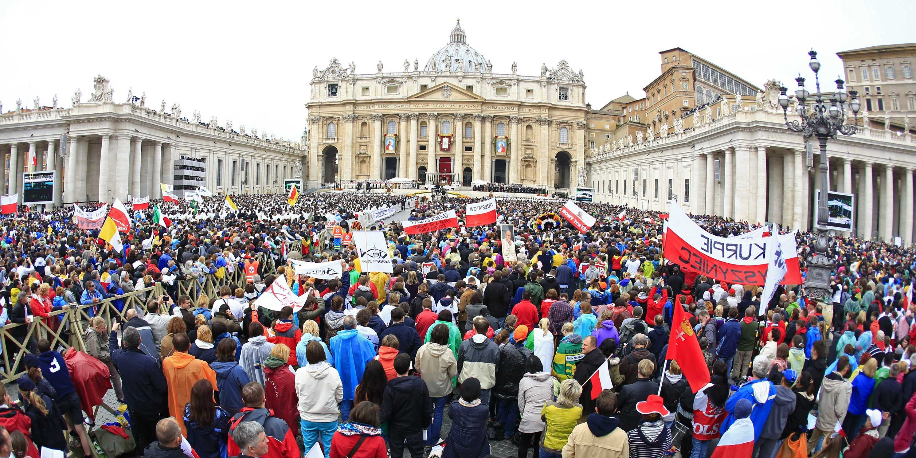 massive-crowd-gathers-to-witness-the-canonization-of-two-popes